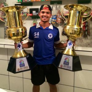 Samuel ergue alguns dos troféus da carreira na várzea.